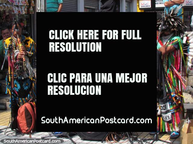 Los ejecutantes en el vestido indígena hacen la música en el centro de Antofagasta. (640x480px). Chile, Sudamerica.