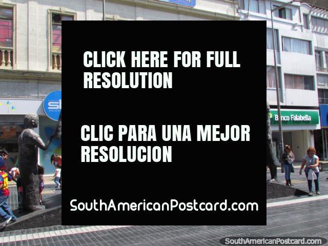 As 6 figuras da escultura 'Alma del Pueblo' em Antofagasta superam as pessoas que passam. (640x480px). Chile, América do Sul.