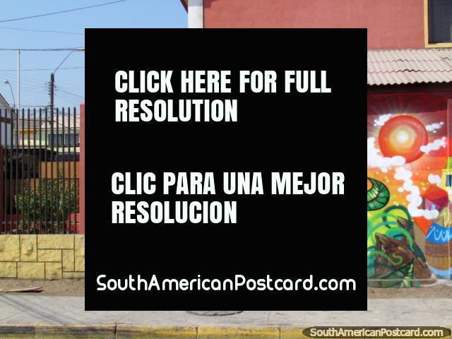 O homem senta-se abaixo de uma árvore com o seu mural de parede de estimação em Antofagasta. (640x480px). Chile, América do Sul.