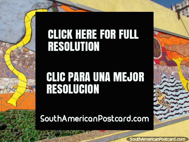 O Brincalhão, o mural faz-se de partes de telha coloridas em Antofagasta. (640x480px). Chile, América do Sul.