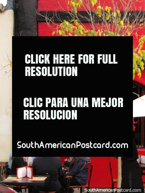 Bellavista, Santiago, una vecindad bohemia con restaurantes y hojas verdes. (480x640px). Chile, Sudamerica.