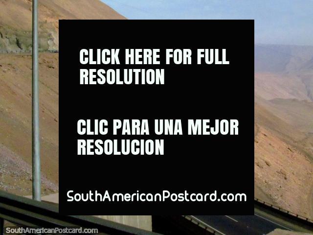 2 veredas subir, 2 bajada del camino de la montaña hacia o de Iquique. (640x480px). Chile, Sudamerica.