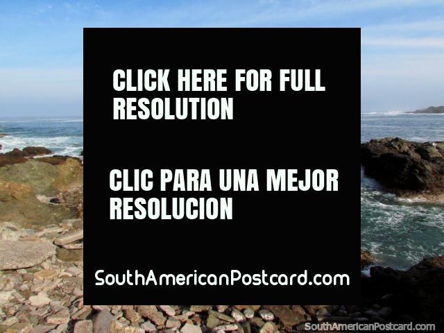 Barco rojo de la costa en Iquique con pelícanos en rocas en el primer plano. (640x480px). Chile, Sudamerica.