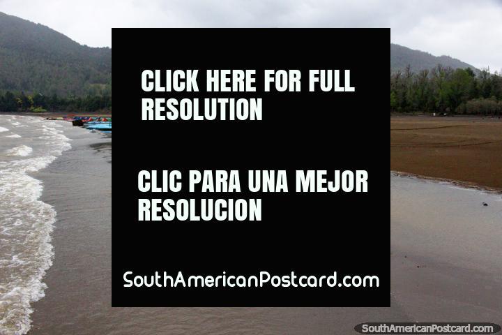 No inïcio do outubro e é inverno em Playa Blanca em Lago Caburgua em Pucon, demasiado frio para nadar! (720x480px). Chile, América do Sul.