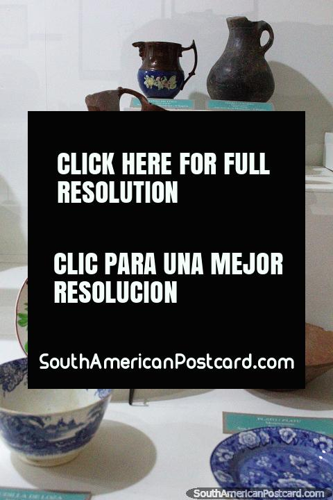 Platos y ollas de cerámica en exhibición en el Museo de Historia y Antropología en Valdivia. (480x720px). Chile, Sudamerica.