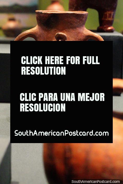 Jarrón de cerámica con una pequeña figura esculpida en él, Museo de Historia y Antropología en Valdivia. (480x720px). Chile, Sudamerica.