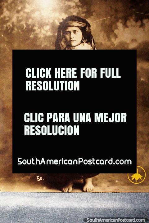 As fotos das pessoas de Mapuche estão no monitor no Museu interessante de História e Antropologia em Valdivia. (480x720px). Chile, América do Sul.