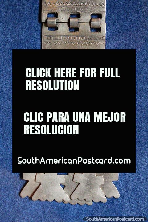 El pueblo Mapuche se destacó en el trabajo de orfebrería y textiles, Museo de Historia y Antropología en Valdivia. (480x720px). Chile, Sudamerica.