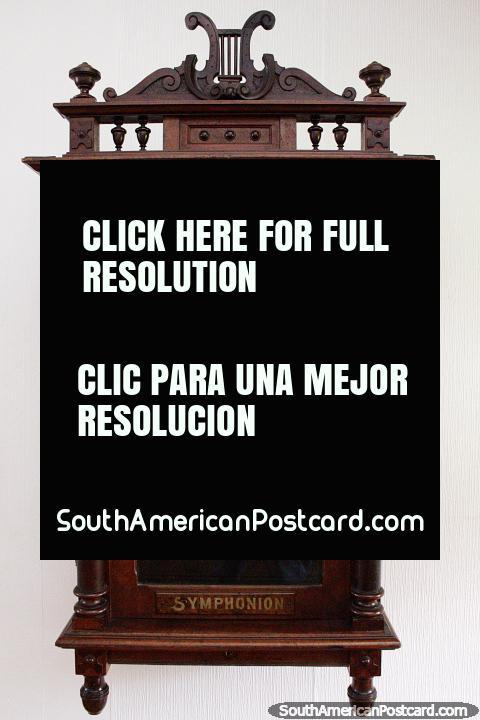 Una Symphonion, la primera caja de música para reproducción de discos, en exhibición en el Museo de Historia y Antropología en Valdivia. (480x720px). Chile, Sudamerica.