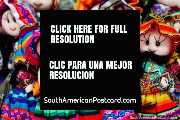 Muñecas hechas a mano en coloridos vestidos, artesanías en Valdivia. (720x480px). Chile, Sudamerica.