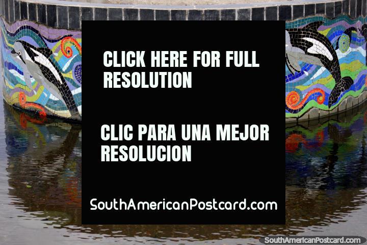A fonte de delfim faz-se com telhas na praça pública em Porto Montt. (720x480px). Chile, América do Sul.