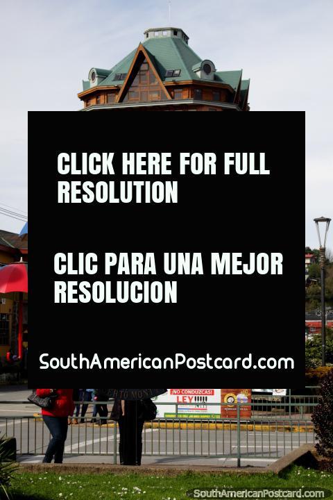 Ciudad central en Puerto Montt, una ciudad pequeña con buenas compras. (480x720px). Chile, Sudamerica.
