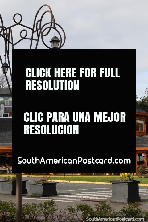 Restaurante feito de iluminação de rua e de madeira em Porto Varas. (480x720px). Chile, América do Sul.