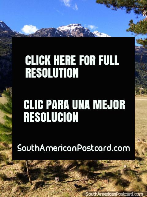 Campo y tierras de cultivo entre la frontera de Argentina y Futaleufú. (480x640px). Chile, Sudamerica.