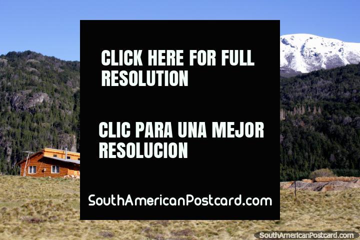 Casa en el campo en tierras de cultivo entre la frontera de Argentina y Futaleufú. (720x480px). Chile, Sudamerica.