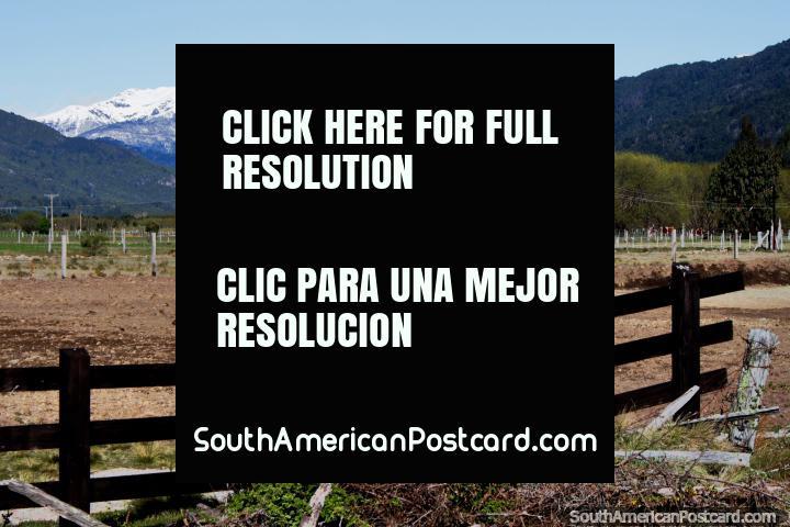 Cercas y tierras de cultivo, montañas y nieve, entre la frontera de Argentina y Futaleufú. (720x480px). Chile, Sudamerica.