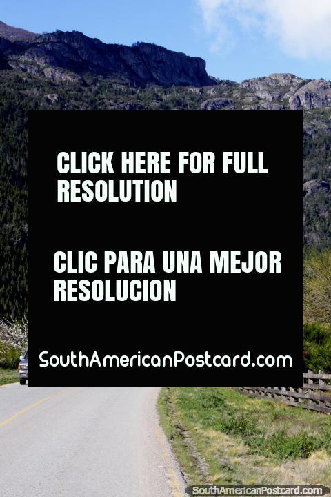 Hice autostop desde el cruce fronterizo al centro de la ciudad de Futaleufú y me llevaron en auto a 2km. (480x720px). Chile, Sudamerica.