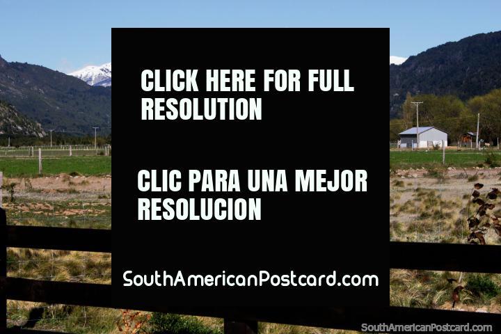 Caminando en el campo entre la frontera y Futaleufú, disfrutando del paisaje. (720x480px). Chile, Sudamerica.