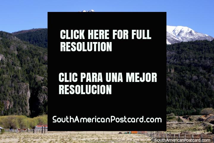 ¡Casas y tierra en el espectacular campo alrededor de Futaleufú! (720x480px). Chile, Sudamerica.