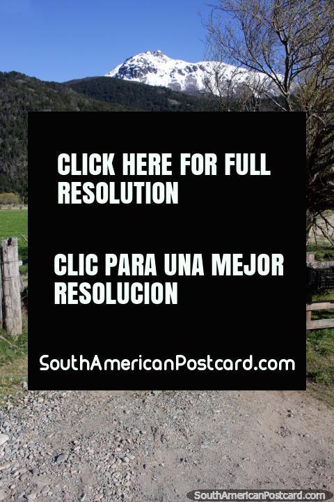 Largo camino de grava hasta una comunidad de casas debajo de las montañas alrededor de Futaleufú. (480x720px). Chile, Sudamerica.