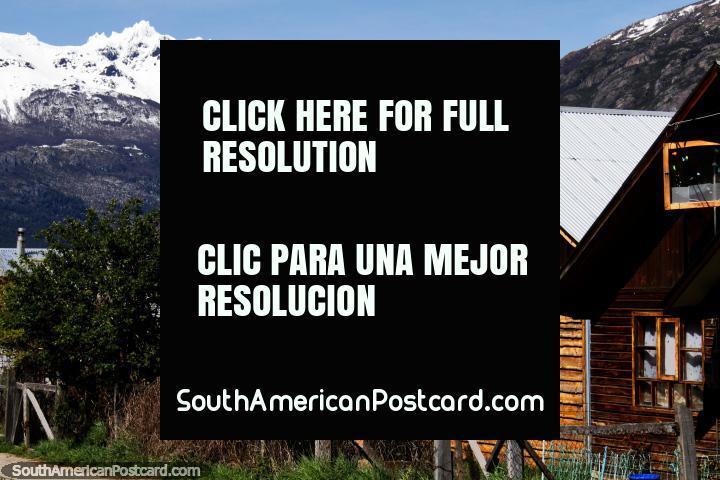 Casas de madera en forma de A con techos de hierro, protección contra el clima invernal en Futaleufú. (720x480px). Chile, Sudamerica.