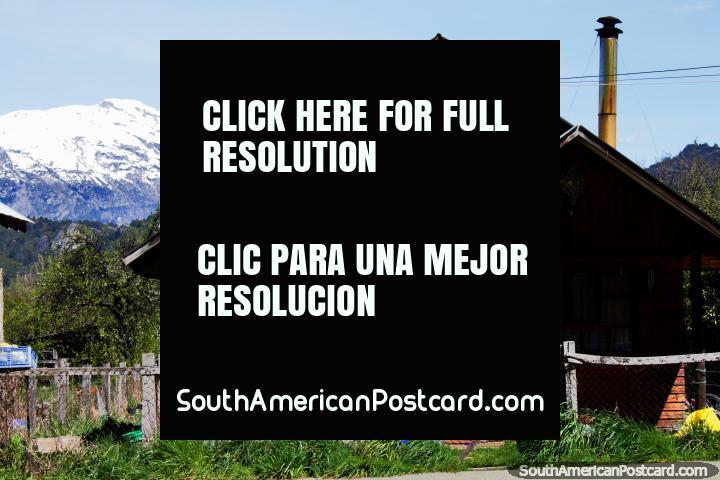 2 chimeneas son mejores que una, casa de madera en Futaleufú y un fondo cubierto de nieve. (720x480px). Chile, Sudamerica.
