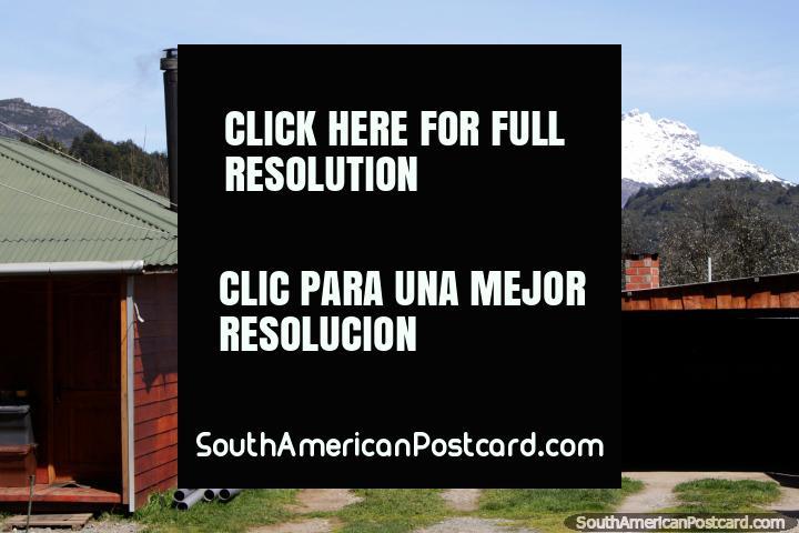 Casas en Futaleufú, hechas de madera, muchas chimeneas para mantenerlos calientes. (720x480px). Chile, Sudamerica.