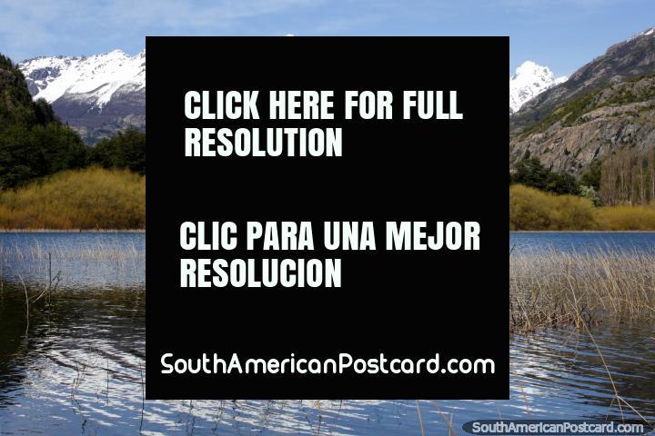 Laguna Espejo refleja las montañas cubiertas de nieve en sus aguas en Futaleufú. (720x480px). Chile, Sudamerica.