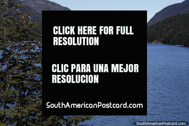 O lago Lonconao junto do caminho que corre para o Sudoeste de Futaleufu a casa de campo Santa Lucia. (720x480px). Chile, América do Sul.
