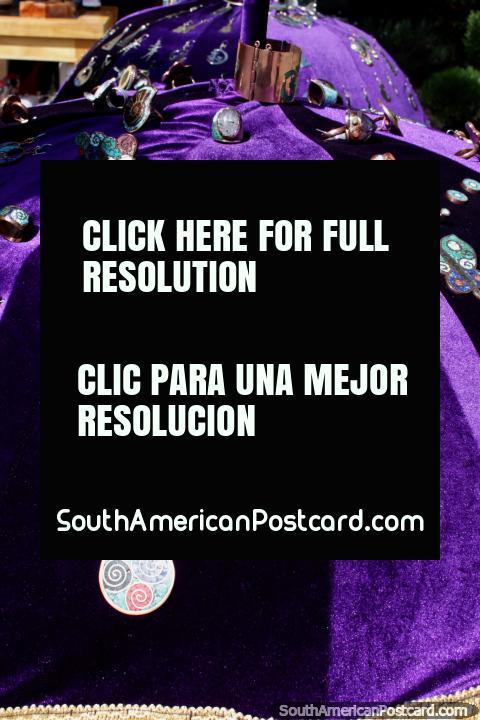 Joyería hecha de metal y piedra de colores en la feria de artesanías en la plaza de Coyhaique. (480x720px). Chile, Sudamerica.
