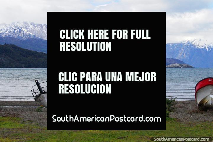 Barco llamado Rosillo a orillas del Lago General Carrera en Puerto Río Tranquilo. (720x480px). Chile, Sudamerica.