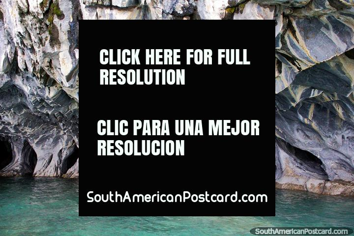Cavernas de Mármore assombrosas (Capelas de Mármore) em águas verde-esmeraldas transparentes, Porto Rio Tranquilo. (720x480px). Chile, América do Sul.