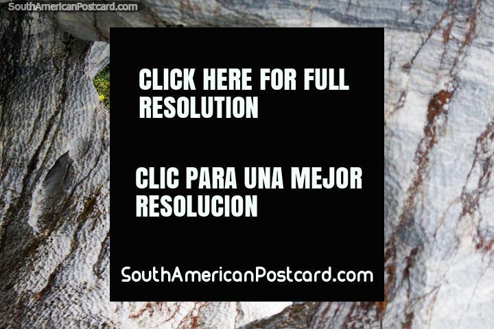 Ventana de verde a través de una pared de roca de mármol en las cuevas de mármol en Puerto Río Tranquilo. (720x480px). Chile, Sudamerica.