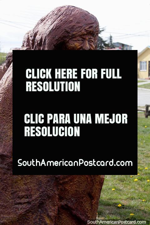 As pessoas Selknam vieram a estas terras tem 11,000 anos como caçadores, monumento em Porvenir. (480x720px). Chile, América do Sul.
