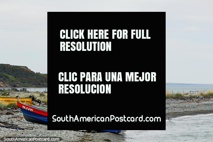 Un par de botes yacía en una playa pedregosa en la costa al este de Porvenir. (720x480px). Chile, Sudamerica.