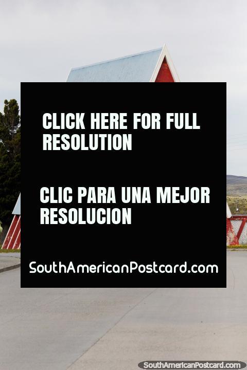 Igreja da forma de triângulo em Colina Sombreiro, uma cidade fantasma na Terra do Fogo. (480x720px). Chile, América do Sul.