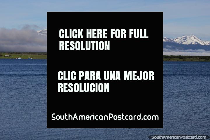 Claro día con las aguas y las montañas en la bahía de Puerto Natales. (720x480px). Chile, Sudamerica.