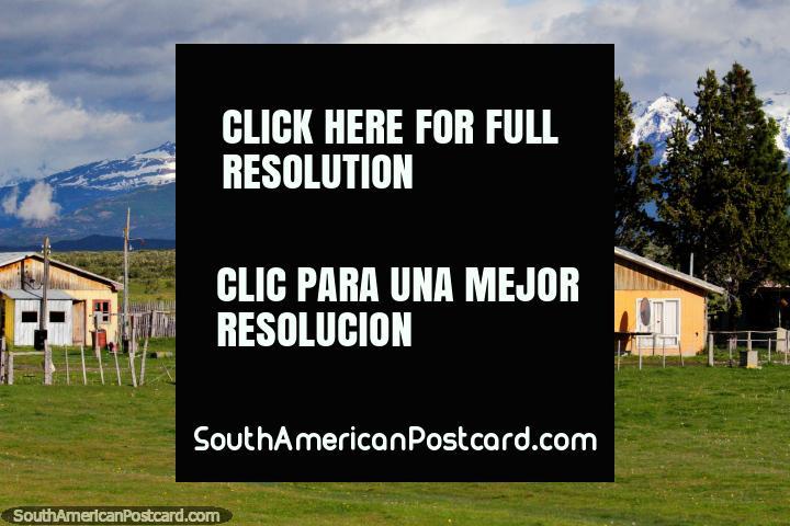 Enorme casa de madera en el campo con verdes pastos y montañas, entre Puerto Natales y Cerro Castillo. (720x480px). Chile, Sudamerica.