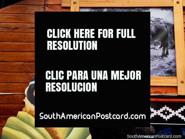 Velha foto de um homem com um cavalo, artes indïgenas no centro de arte em Porto Natales. (640x480px). Chile, América do Sul.