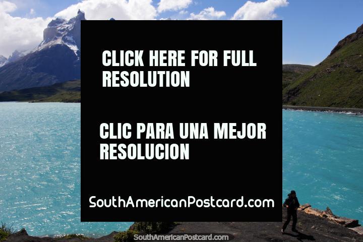Wow vista espectacular! Lago Pehoe y montañas nevadas en Torres del Paine. (720x480px). Chile, Sudamerica.