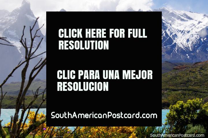 O lago Pehoe e as montanhas cobertas de neve assombrosas em parque nacional Torres do Paine. (720x480px). Chile, América do Sul.