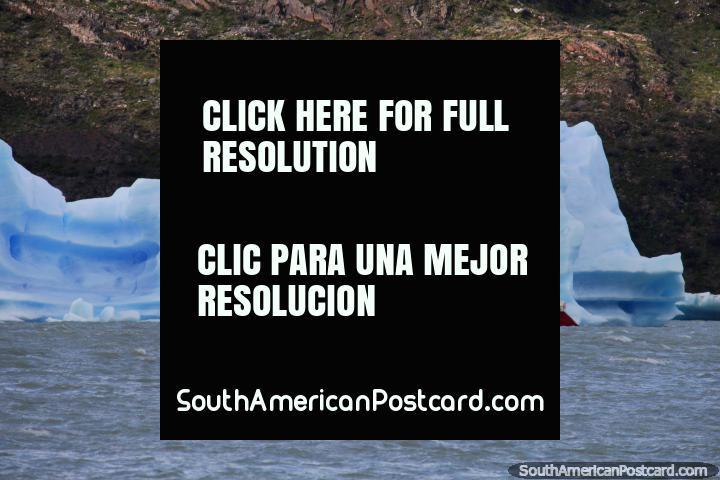 Un barco navega alrededor de un enorme iceberg en Glacier Grey en el Parque Nacional Torres del Paine. (720x480px). Chile, Sudamerica.
