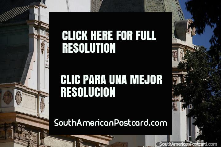A fachada icônica de hotel Espanol junto da praça pública principal em Viña del Mar. (720x480px). Chile, América do Sul.