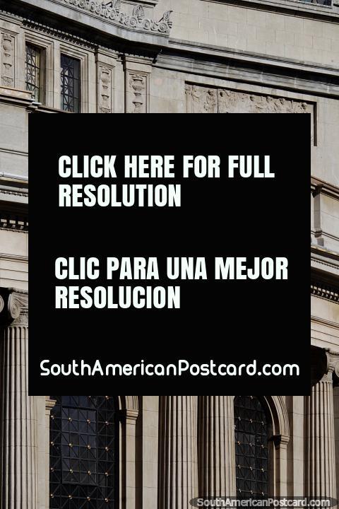 Vista de perto dos detalhes, janelas e colunas da fachada de Teatro Municipal em Viña del Mar. (480x720px). Chile, América do Sul.