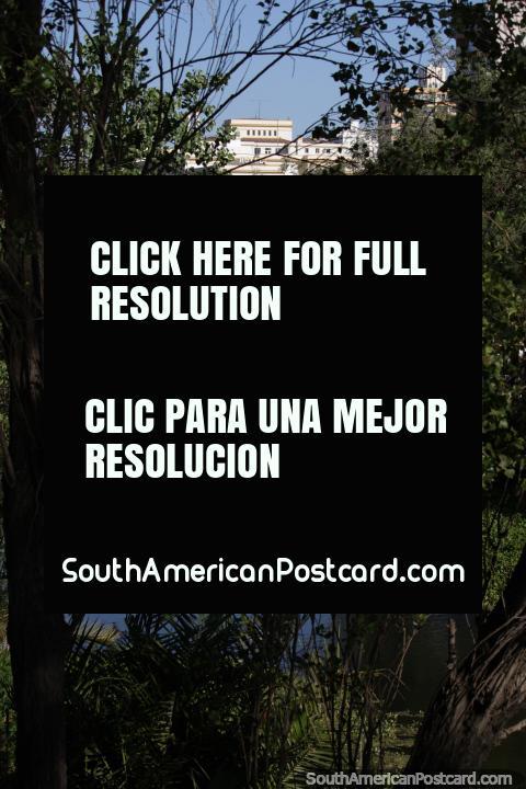 Hotel e outros edifïcios distantes através do estuário em Viña del Mar. (480x720px). Chile, América do Sul.