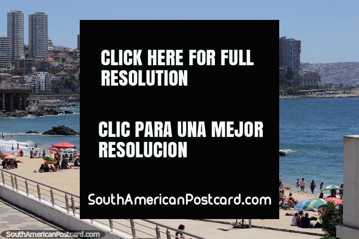 Praia de Caleta Abarca em Viña del Mar, a praia muito próxima na cidade. (720x480px). Chile, América do Sul.