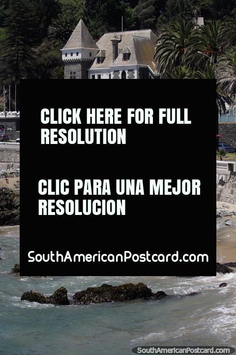 O castelo Ross, um de várias castelos em Viña del Mar, examina através das rochas. (480x720px). Chile, América do Sul.