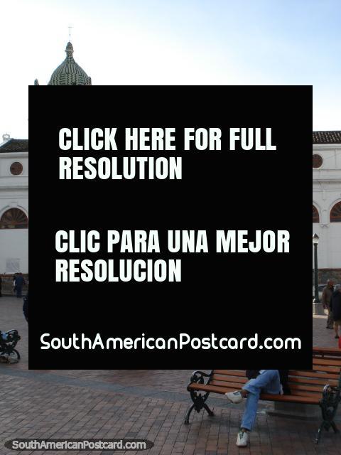 A igreja de San Juan Bautista histórica com torre de relógio em Praça Narino em Pasto. (480x640px). Colômbia, América do Sul.