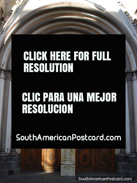 Entrada arcada e portas de madeira de igreja Cristo Rey em Pasto. (480x640px). Colômbia, América do Sul.