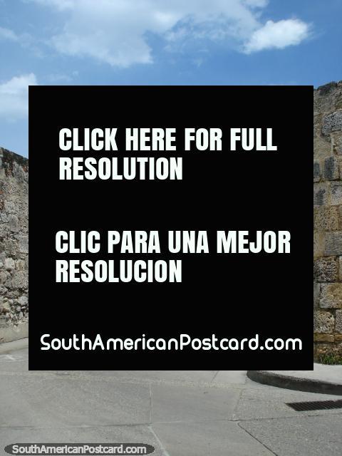 El camino que conduce abajo a la fortaleza y mar en Cartagena. (480x640px). Colombia, Sudamerica.